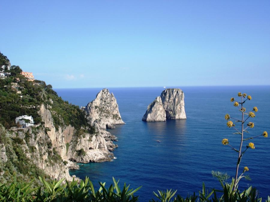 Рифы вокруг острова Капри.