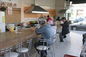 Обычные посетители уличной кафешки