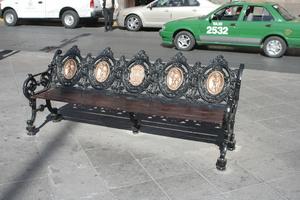 На скамейке явно не сэкономили. И посмотреть приятно, и сидеть в пятером можно.