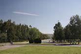 Ближе к окраине есть парк — пустынный и ухоженный.