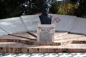 Памятник Сарухан-бею возле вокзала в Манисе