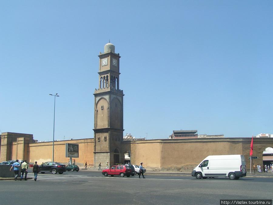 Башня и стены старой Медины