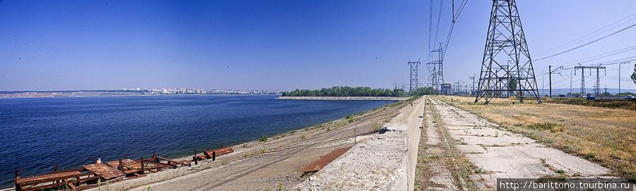 На насыпи самарской плотины Тольятти на горизонте