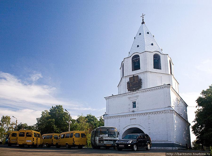 Спасская башня Сызранского кремля. Здесь, наверное как и прежде, столпотворение извозчиков.