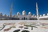Мечеть Шейха Заида Бин Султана Аль Нахьяна насчитывает 80 куполов, все из которых украшены белым мрамором.