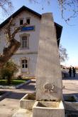 Памятник у вокзала Салихли