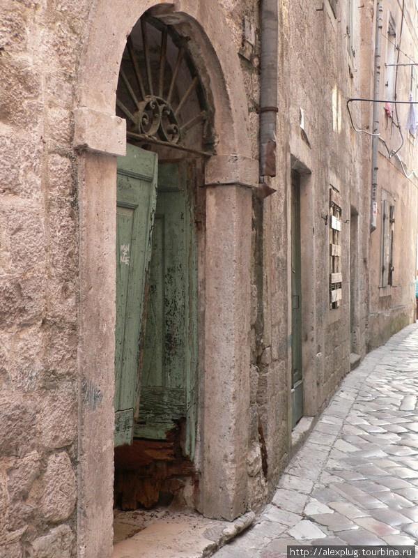 Двери в страом Которе.