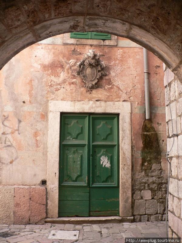Герб над дверями старого здания.