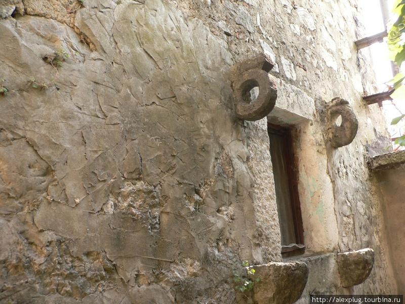 Окно жилого дома в Которе. В эти проушины были вставлены тяженые деревянные щиты (ставни), закрывающиеся на случай осады.