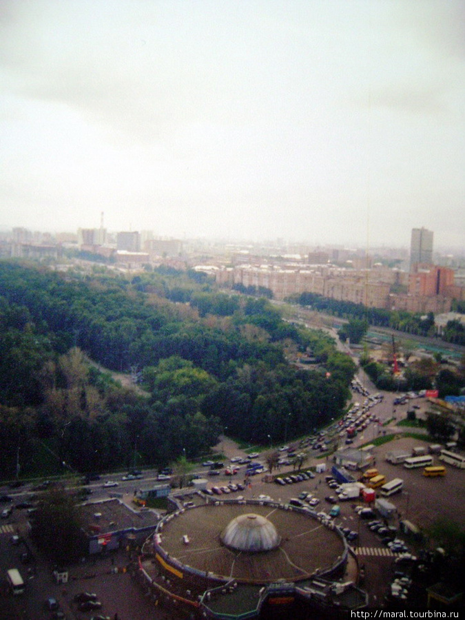 Из окна гостиничного номера на 25-м этаже открывается восхитительный вид на Измайловский парк, который расположен через дорогу от станции метро