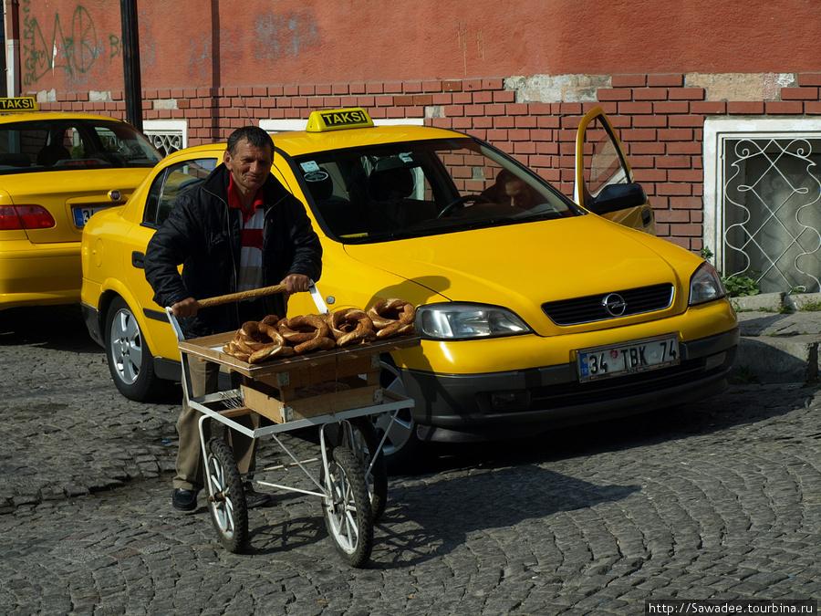 Продавец баранок на улочке рядом