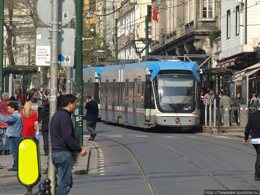 Скоростной трамвай на остановке Султанахмет