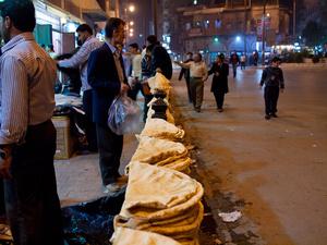 На Ближнем Востоке хлеб покупают прямо в пекарне на вес. После покупки его обычно раскладывают на земле или развешивают где-нибудь, чтобы он остыл. А потом уже собирают и несут домой.