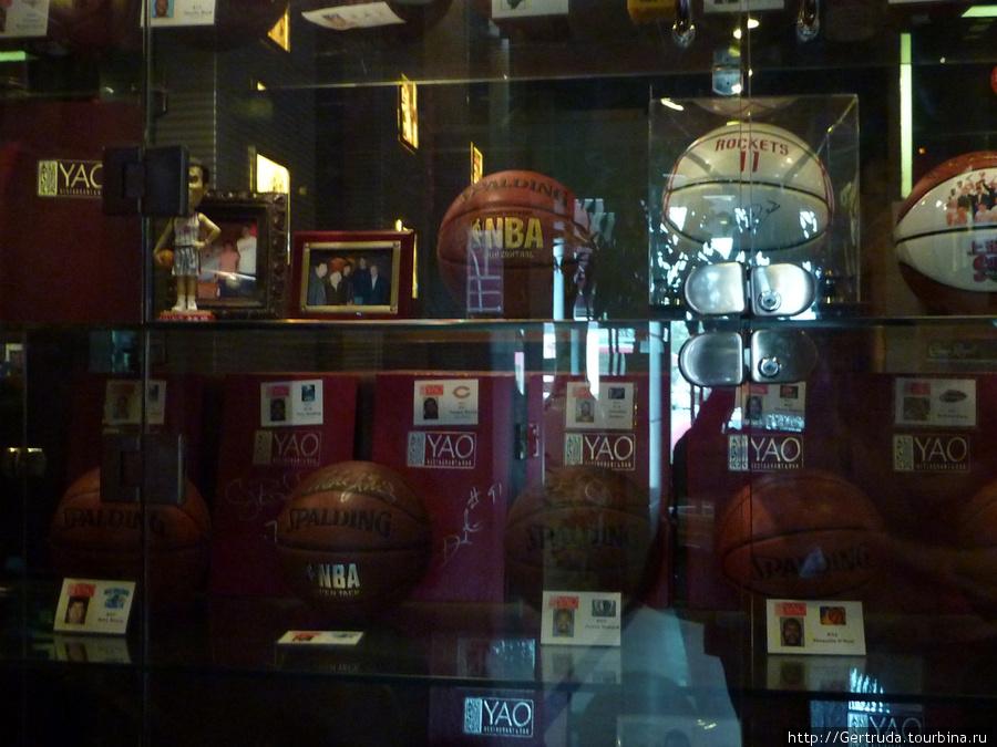 Витрина с баскетбольными мячами.