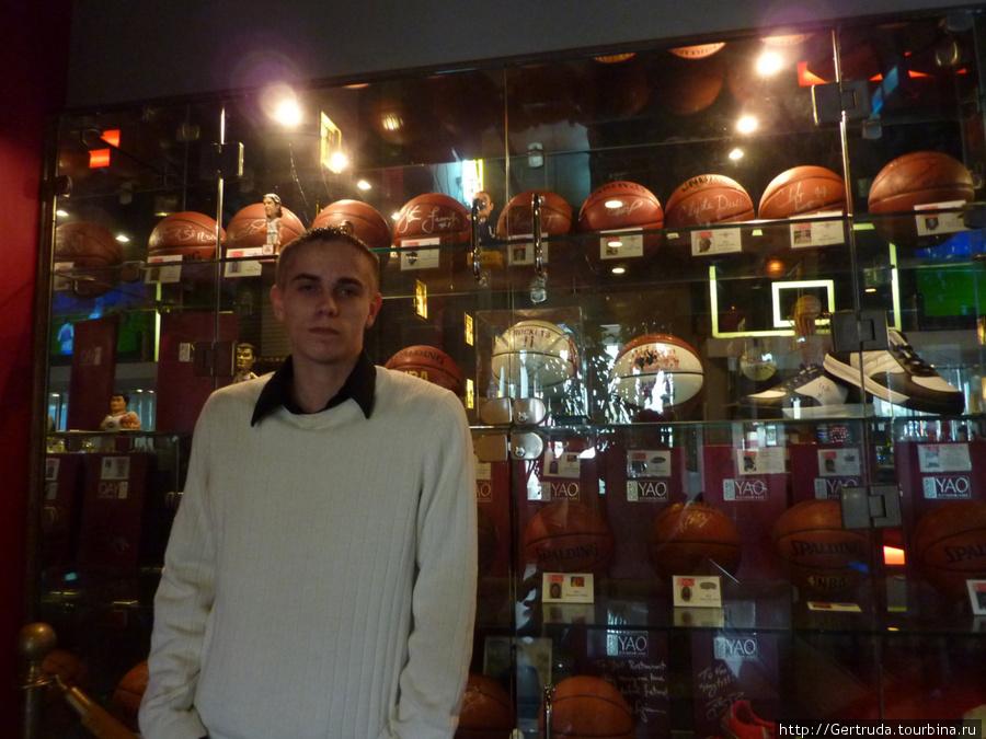 Внук у витрины. Он обожает баскетболиста Яо Миня.