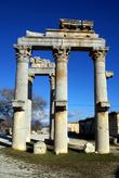 Монументальные ворота у входа на руины Диокесарии