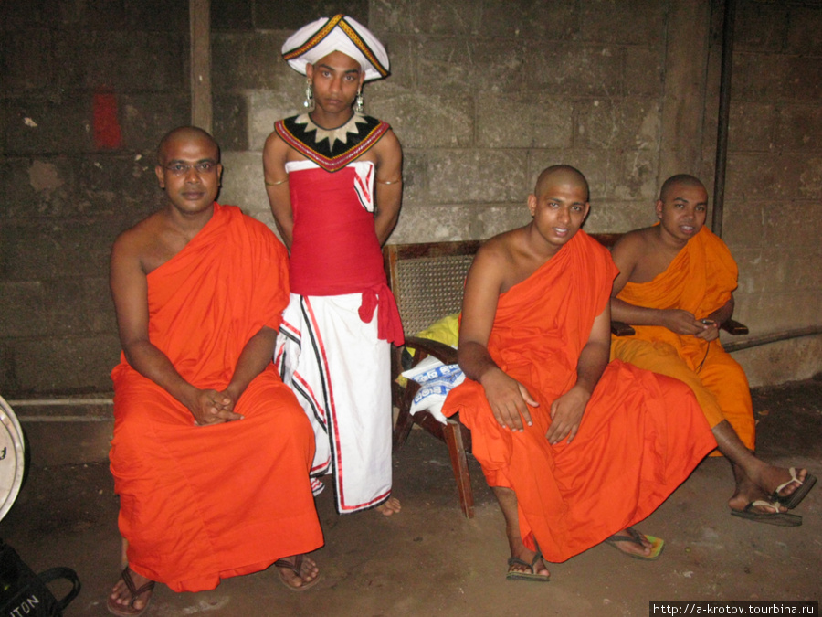 Монахи и танцор в странном наряде