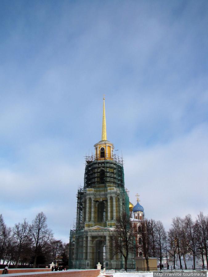 Вид на Глебовский мост, колокольню и Успенский собор (вдалеке) со стороны площади.