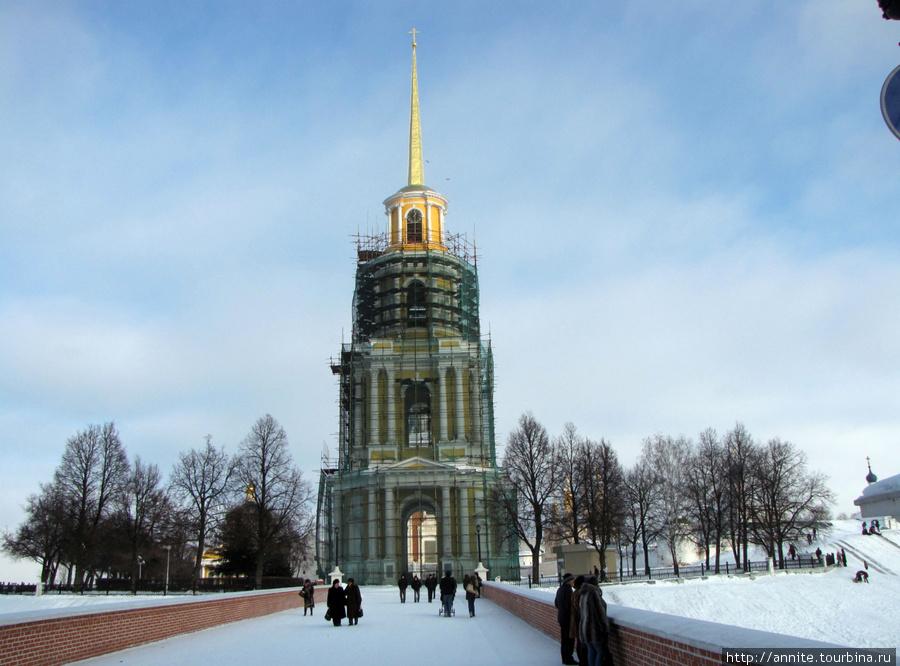 январь 2011 г. Вид на колокольню с моста. Обратите внимание — есть изменения на отреставрированном четвертом ярусе колокольни.
