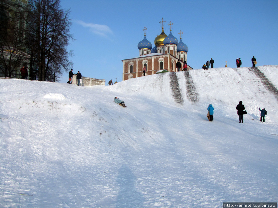 Кремлёвский вал в зимний день. Виден Успенский собор.