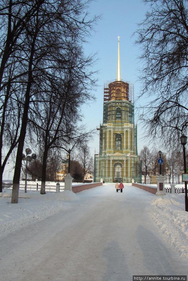 февраль 2010 г.  Рязанский Кремль начинается с Глебовского моста, ведущего к колокольне.