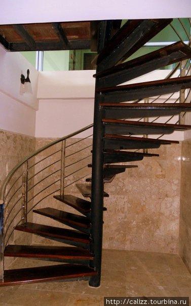 лестница из зала в сауну и душевые