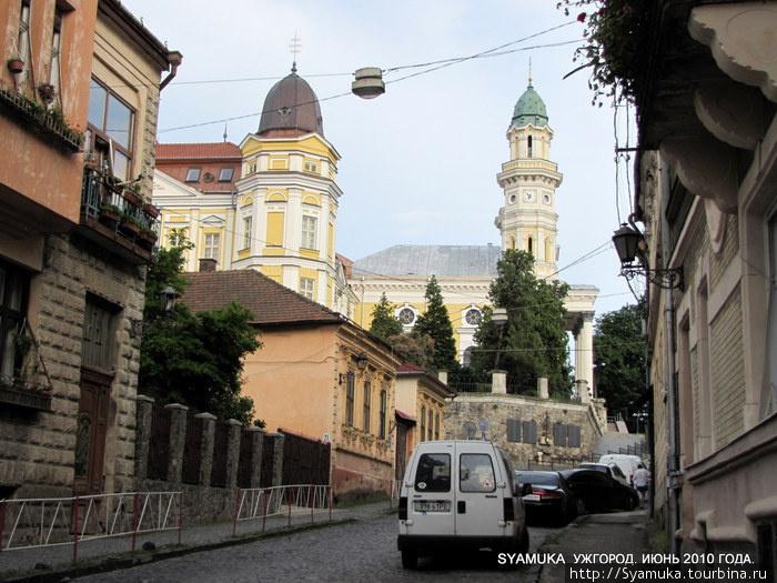 К Крестовоздвиженскому архитектурному комплексу мы подошли со стороны одной из старейших улиц — улицы Духновича.