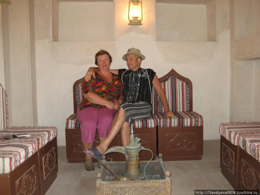 На старинном диване можно сфотографироваться.
