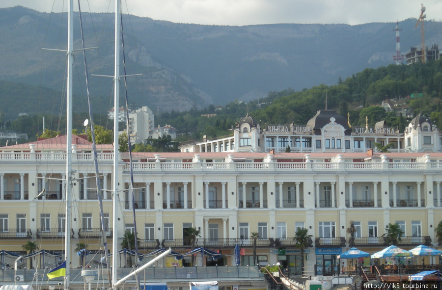 Вид на гостиницу с моря.