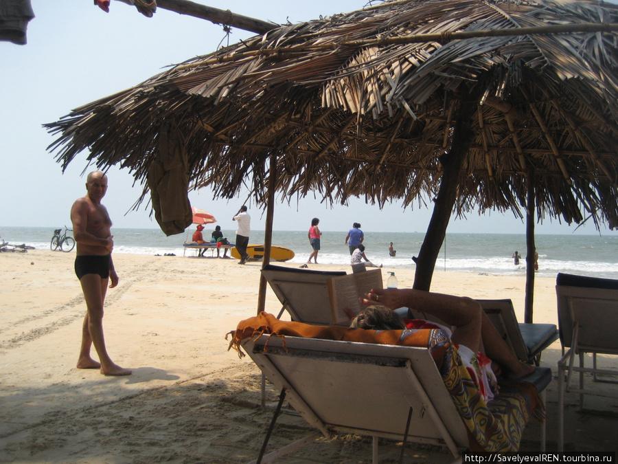 Здесь навесы из пальмовых листьев, под ними не так жарко, как под зонтами...