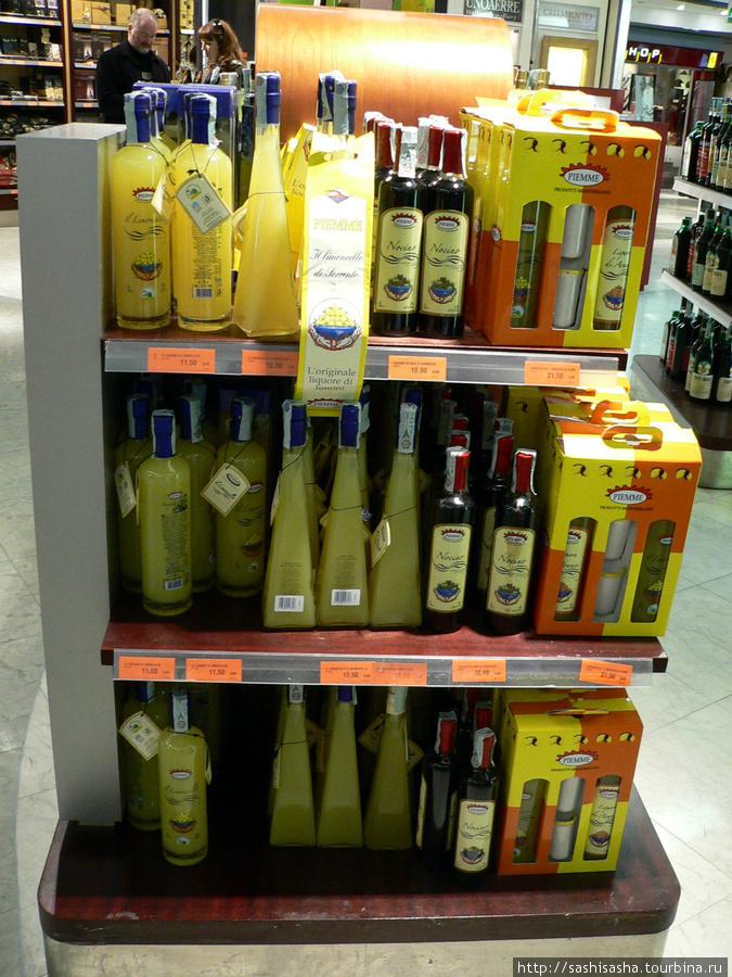 Бутылка в среднем стоит от 8 до 12 евро, подарочный набор с двумя стопками 21евро.