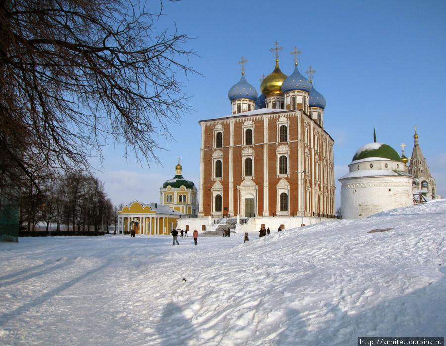 Вид на Христорождественский собор (слева), Успенский собор и Спасский монастырь (справа) с Кремлёвского Вала.