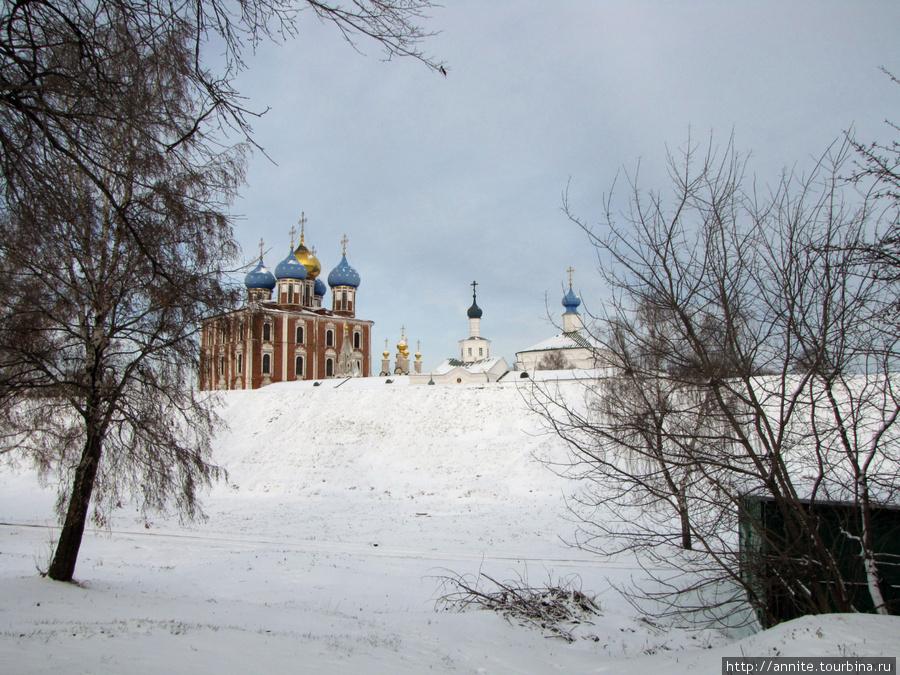 Вид на Кремлёвский вал, Успенский собор и Спасский монастырь с автодороги.