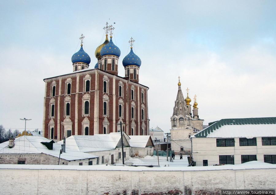 Вид на Успенский собор и Спасский монастырь с Кремлёвского Вала.