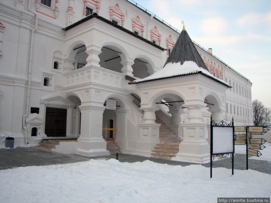 Дворец Олега (Архиерейские палаты) (XVII — XIX в. в.) Во Дворце расположен краеведческий музей.