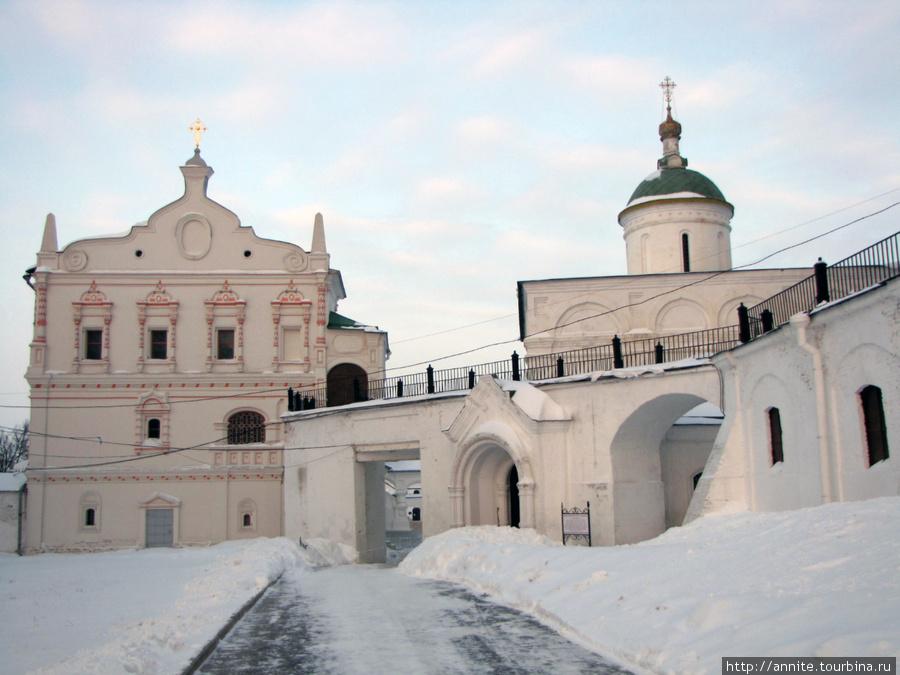 Переход от Успенского собора к Дворцу Олега (XIX в.) Открыт в летнее время. На заднем плане — купол Архангельского собора.