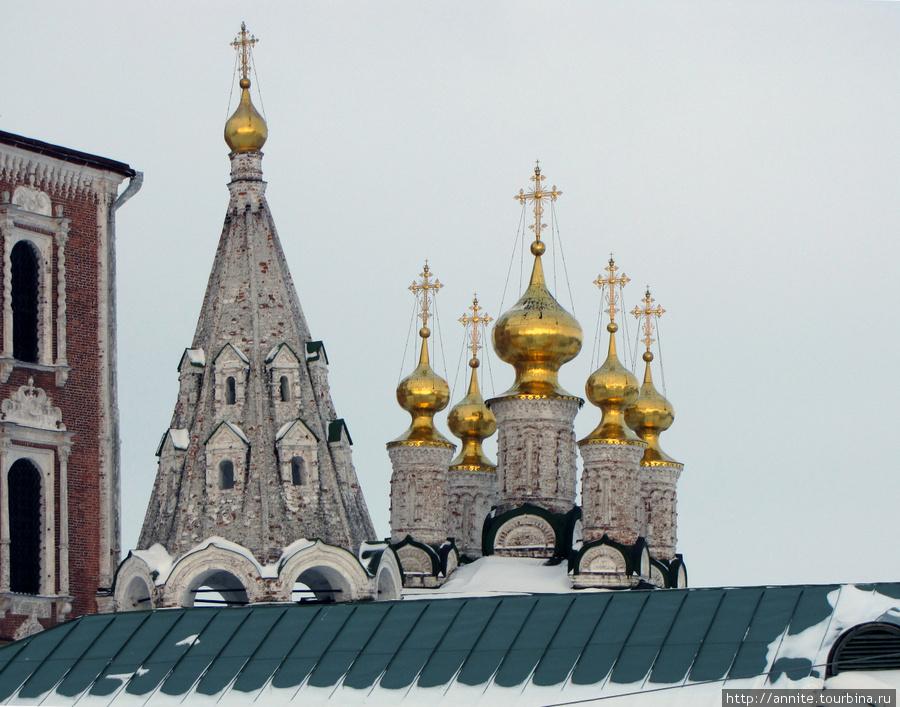 Купола Церкви Богоявления (XVII в.) в Спасском монастыре.