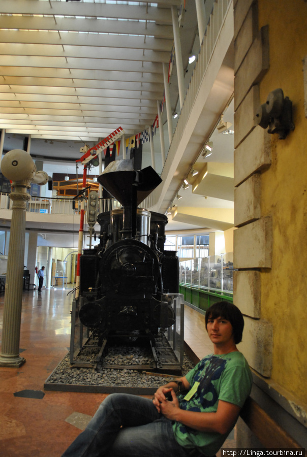 Вокруг поезда воссоздана атмосфера железнодорожной станции со зданием вокзала, билетной кассой и т.д.