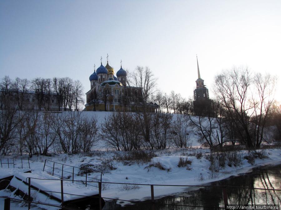 Вид на Кремль с плавучего мостика.