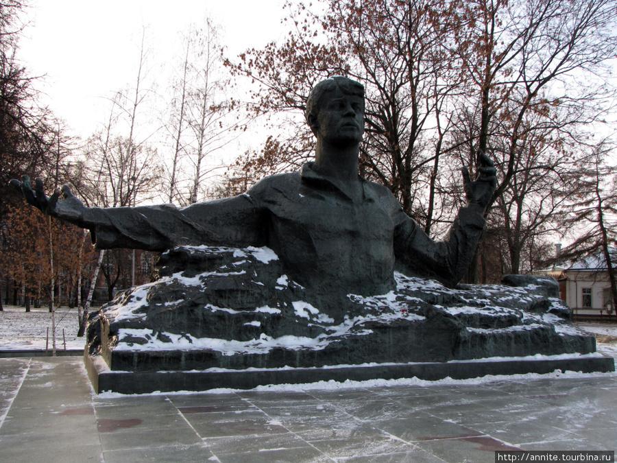 Памятник Есенину на Трубежной набережной