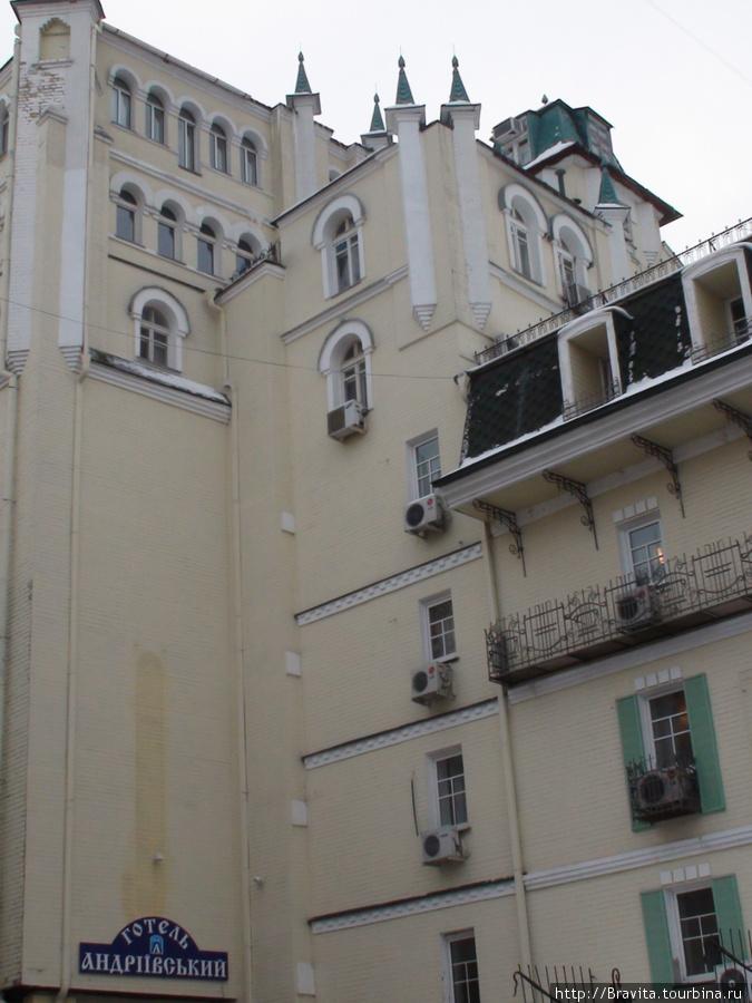 Отель находится не на самом Андреевском спуске, а немного в глубине. Все окна выходят во внутренний двор.