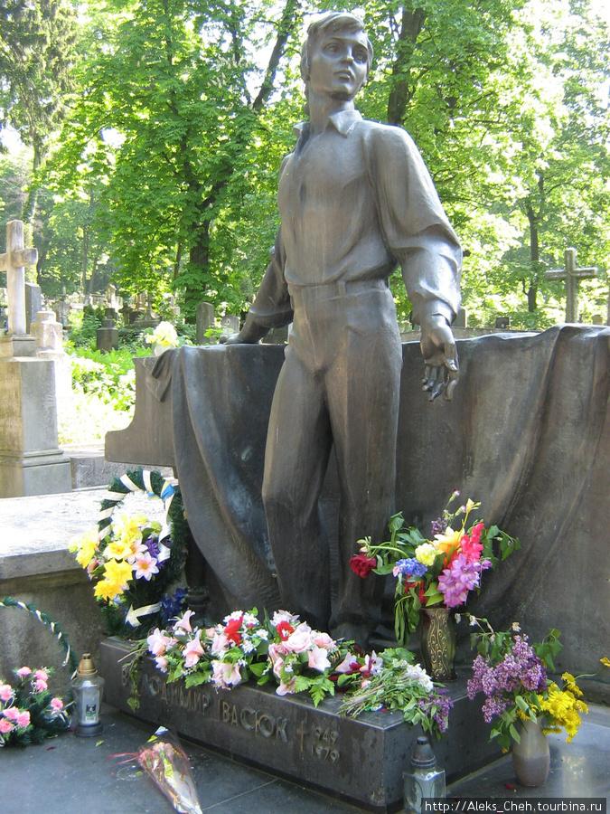 На могиле Ивасюка автора и исполнителя