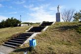 Ступени к памятнику Жена моряка