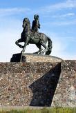 Императрица Елизавета Петровна на коне приветствует все суда, приближающиеся к входу в бухту Балтийска