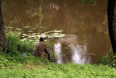 Рыбак на реке Писса в центре Гусева