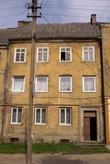 Трехэтажный желтый дом в Гусеве