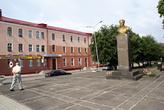 Памятник Гусеву на площади у моста через реку Писса