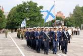 Моряки маршируют под андреевским флагом