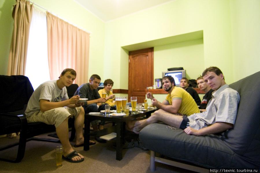 В комнате: один раз нам ужин в номер принесли, потому что ресторан внизу местные бандиты арендовали :-)