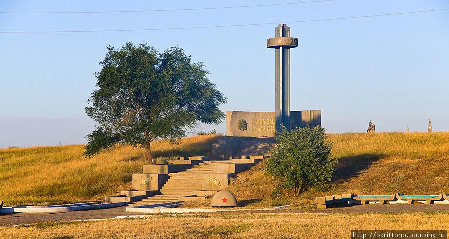 Вдоль трассы множество монументов посвященных павшим в ВОВ